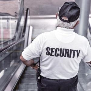 ¿Puede un vigilante de seguridad participar en la toma de temperatura a los trabajadores?