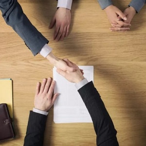 Cobrar menos en un segundo contrato para el mismo puesto