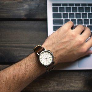 ¿Puede una empresa pagar menos a los trabajadores que fichen tarde?