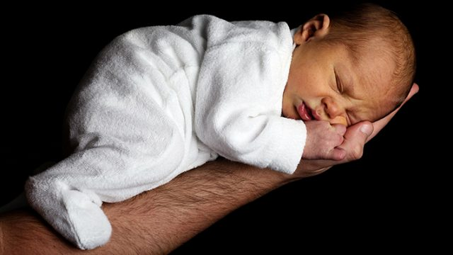El Constitucional estudia si es legal que el permiso de paternidad dure menos que el de maternidad